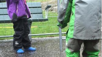 deec60d7af3 Test af regntøj til børn - Guide til at holde børnene tørre i regnen