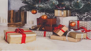 2ff2d1ebae7 Årets to største julegavehit er enten flade eller bløde. Gavekort, penge og  tøj står øverst på ønskesedlen hos danskerne i år. De klassiske gaver som  tøj, ...