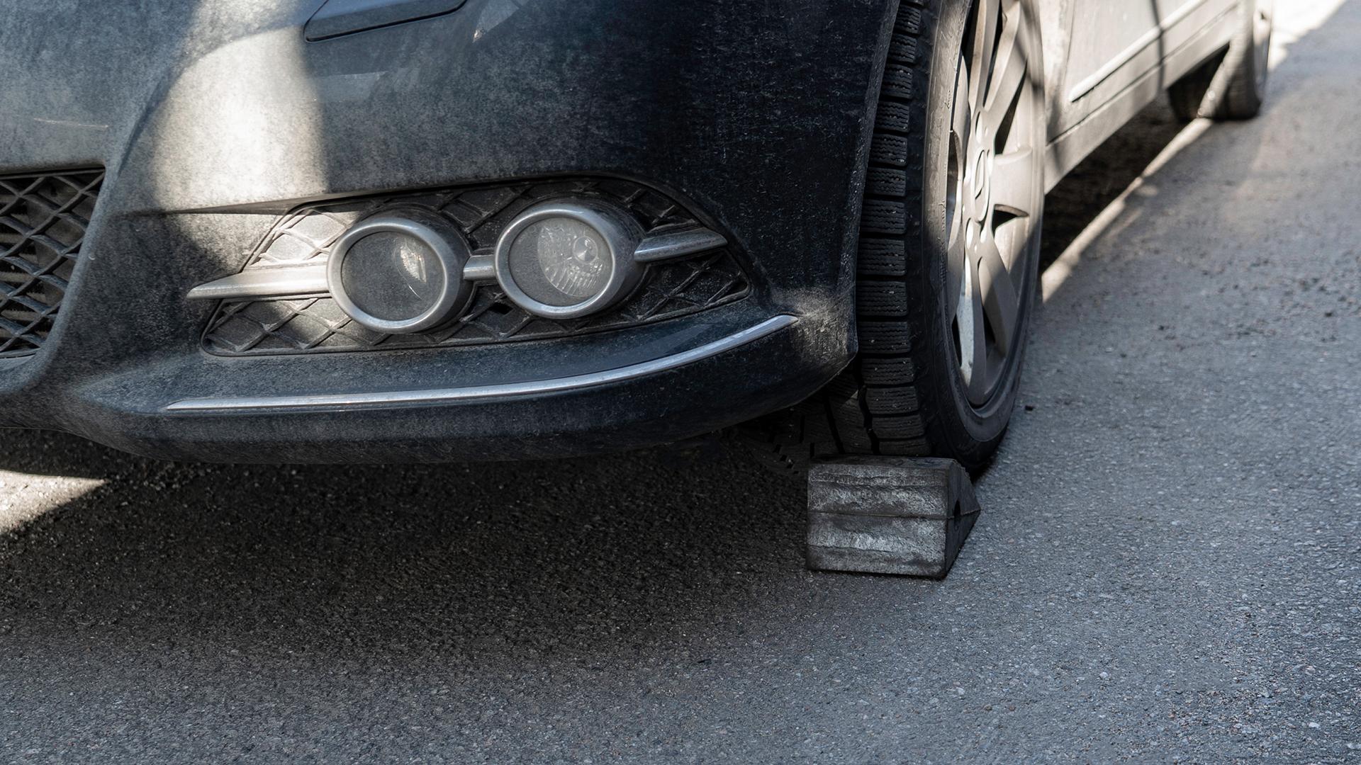 Lås dækket, så bilen ikke kan rulle væk under arbejdet
