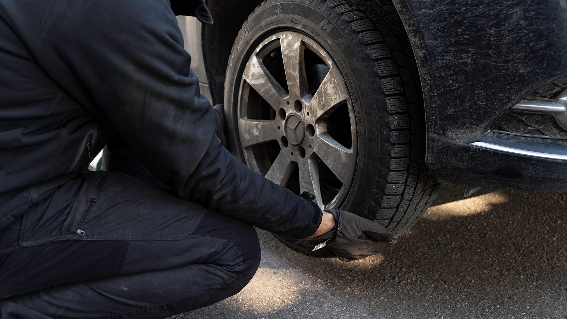 Løft det nye dæk op på bilen