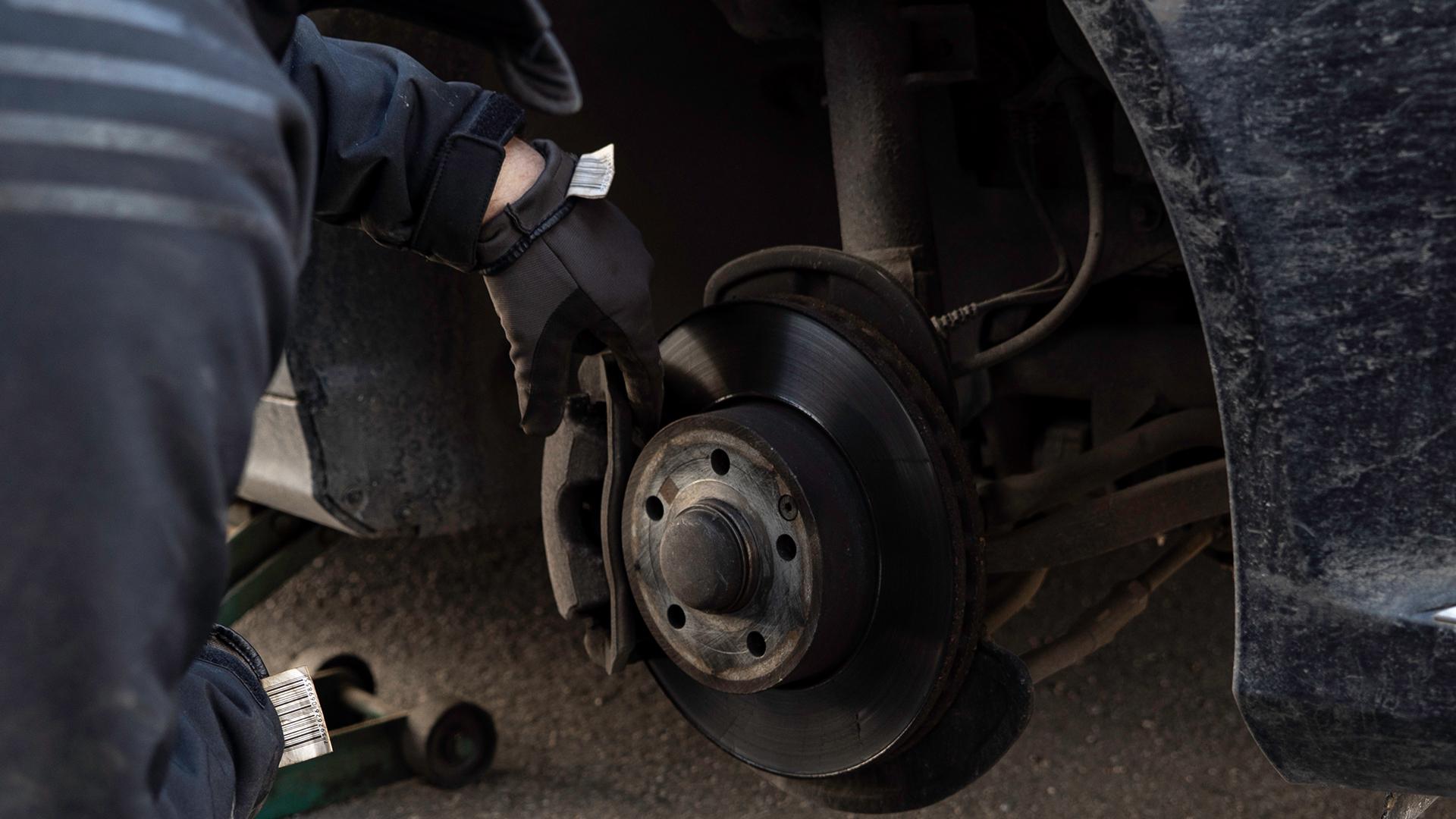 Rengør og servicer overfladen bag hjulet