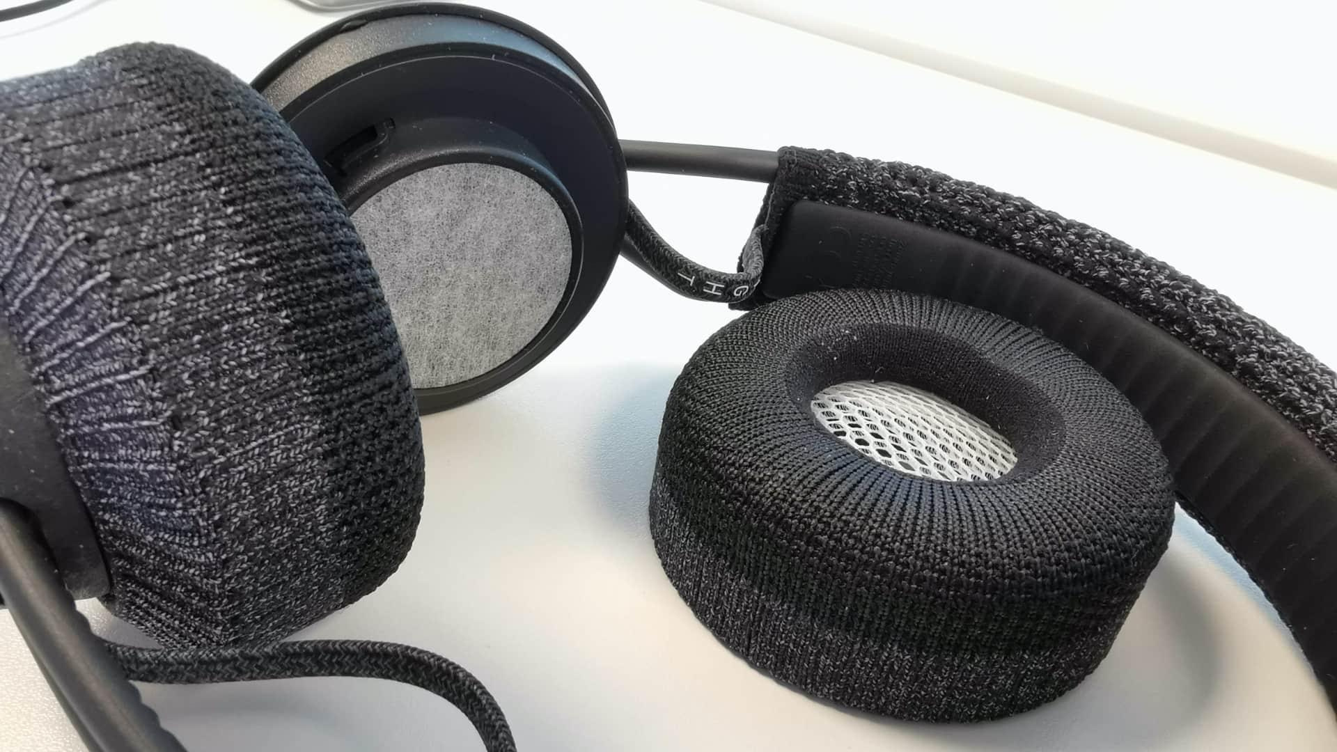 Billede af Adidas RPT-01, hvor den aftagelige og vaskbare kop til ørerne ligger ved siden af