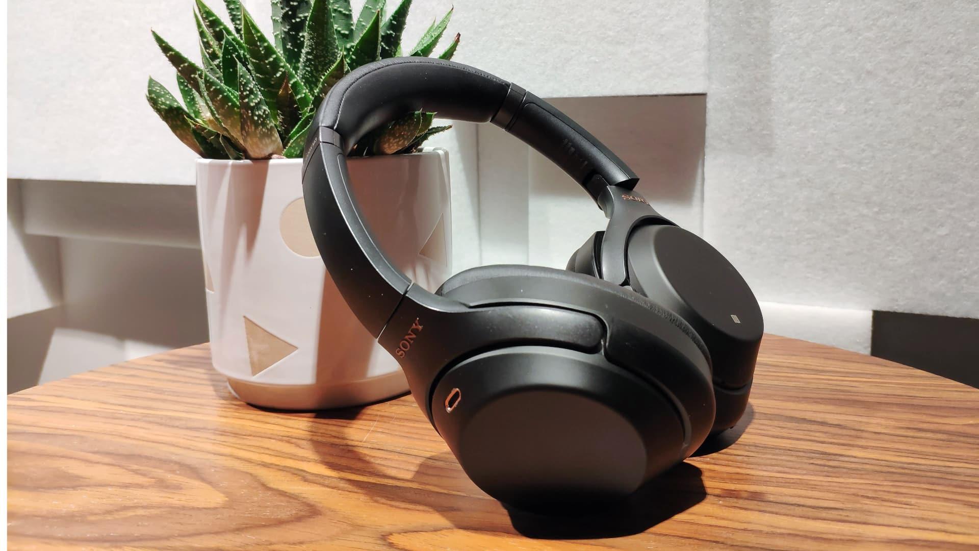 Billede af høretelefonerne på et flot bord - Sony 1000XM3