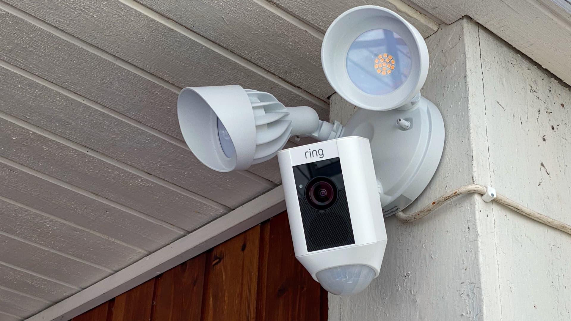 Ring Floodlight cam på vägg
