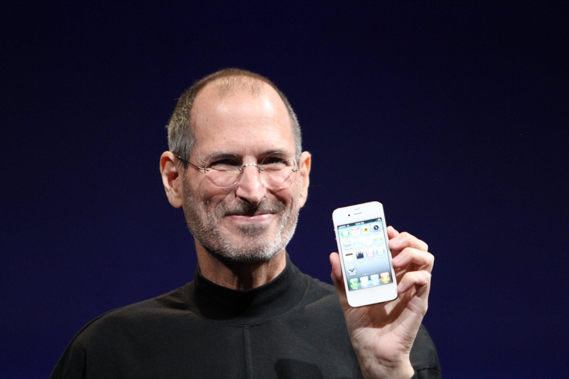 Steve Jobs viser iPhone 4 frem