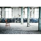 Rode stoel in industriele omgeving