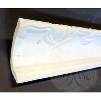 Stuk: Mønstergesims støbt i gips. Mål loft 13 cm væg 9 cm. Vare Nr. 1012. Pris pr. løbende meter.