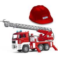 Bruder MAN Brandbil med vandpumpe, lyd & lys og brandhjelm