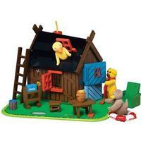 Bamses hus i træ med figurerne Bamse, Kylling og Ælling