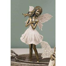 Å-Fe stående med hænderne samlet i hvid kjole guld look - figur